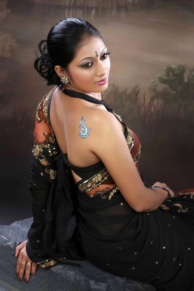 Udhayathara saree backless photos