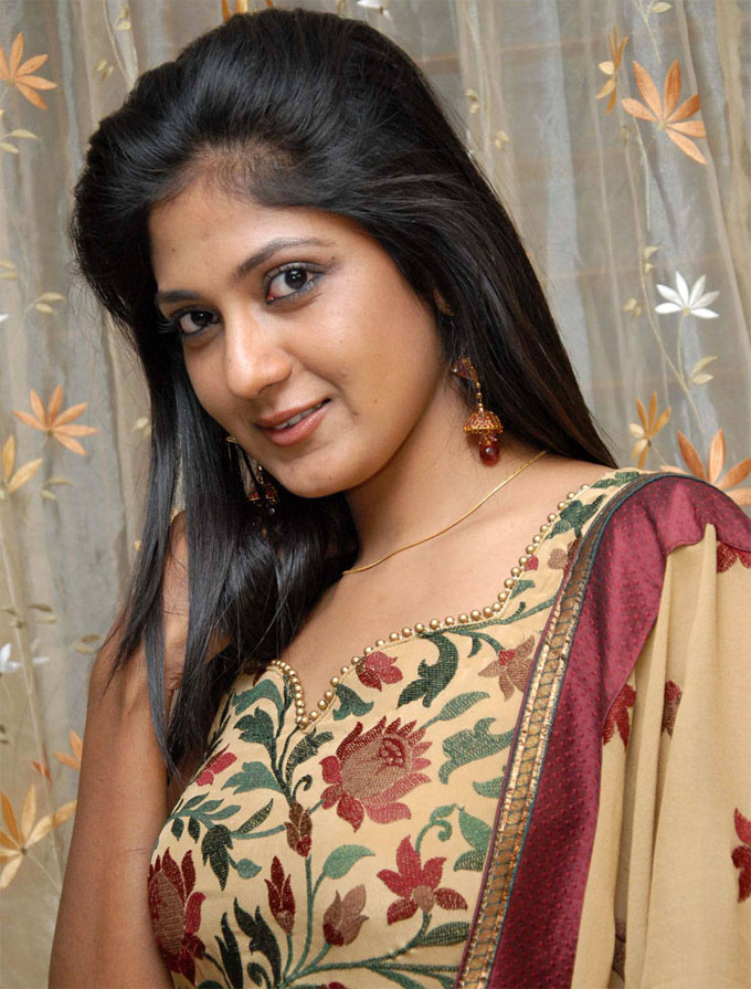 Yagna shetty side look photos