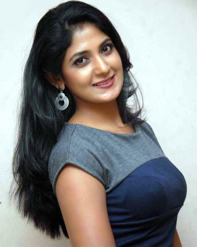 Yagna shetty smile photos
