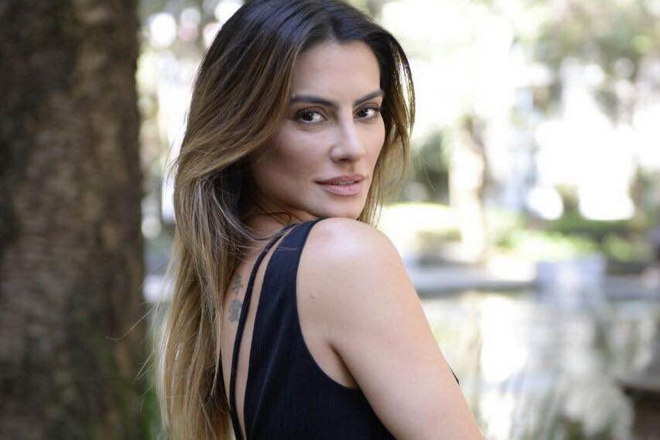 Actress cleo pires black dress image