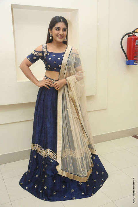 Nivetha thomas smile pose fotos
