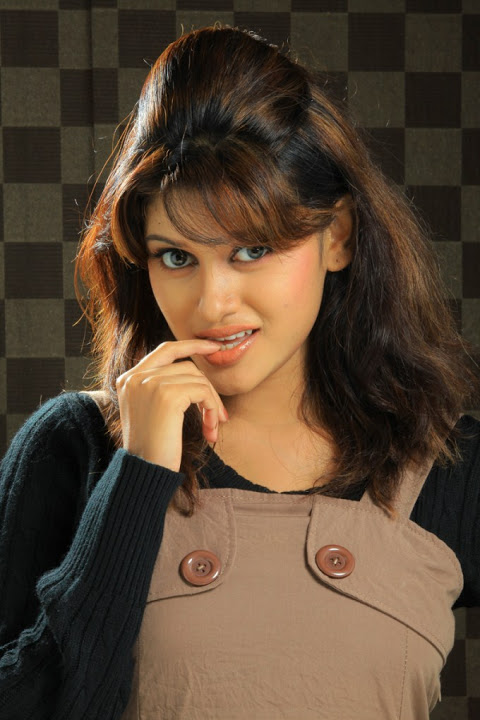 Oviya helen wide cute face stills