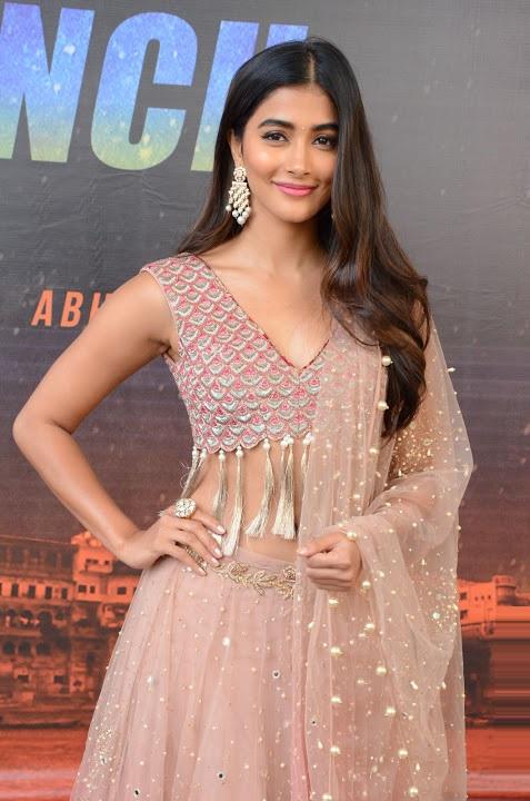 Pooja hegde cool smile pose fotos
