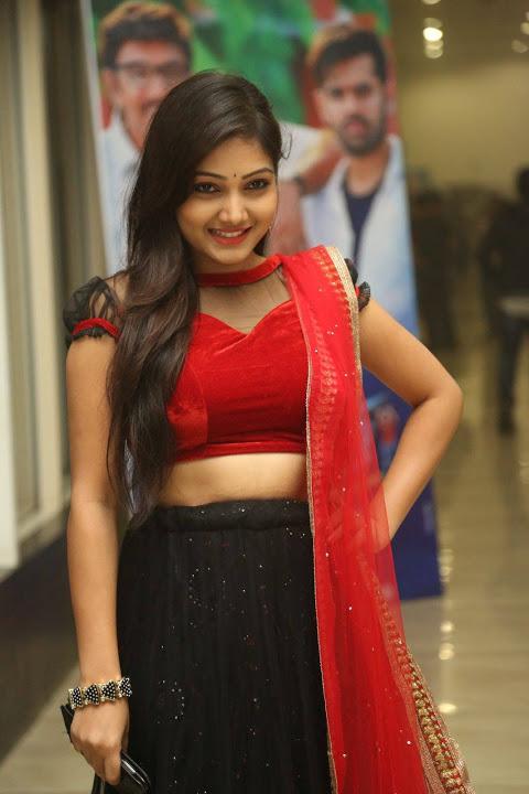 Priyanka smile pose hd fotos